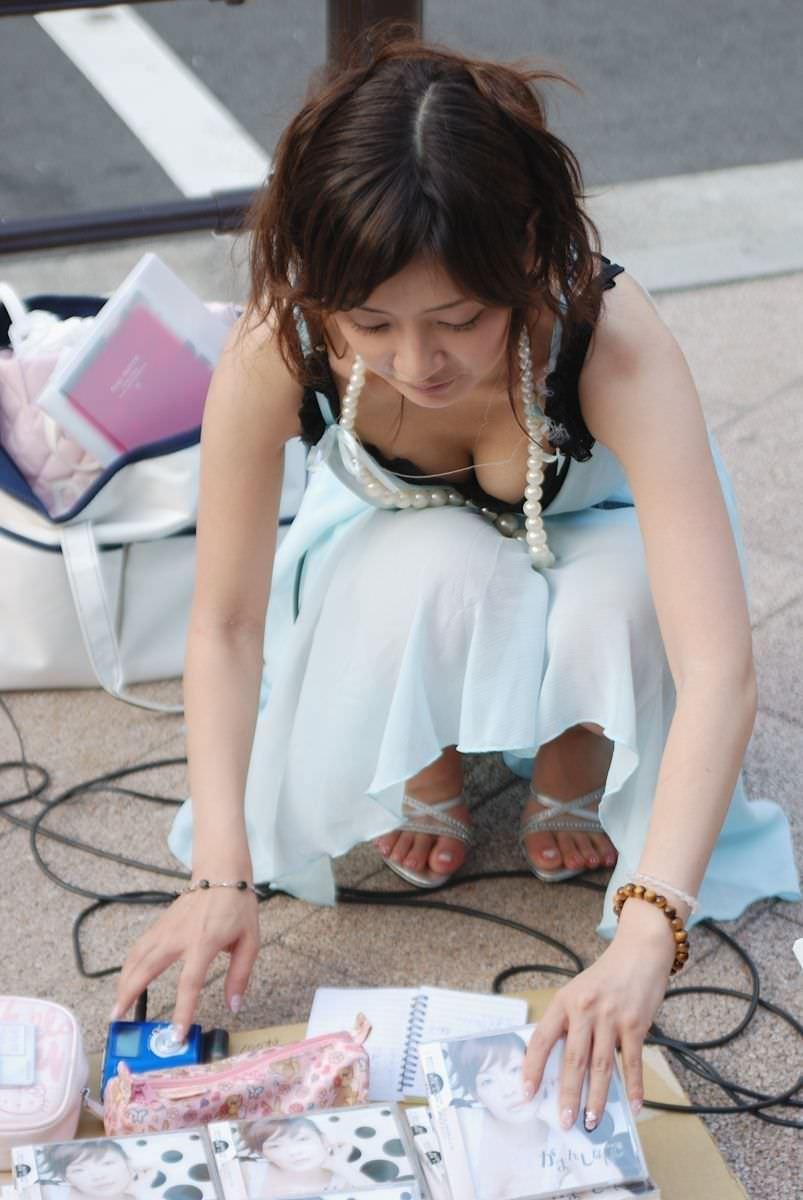 これからの時期胸チラおっぱい見放題www素人の柔らかそうな乳房にテント不可避www 01141