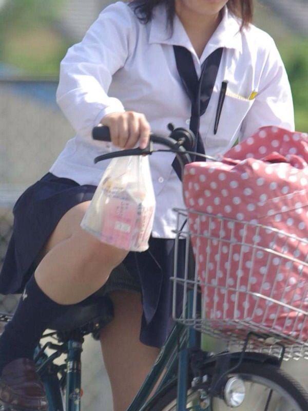 チャリ漕いで必死に学校へ向かう女子高生の街撮り画像wwwww 0823