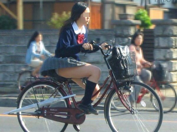 チャリ漕いで必死に学校へ向かう女子高生の街撮り画像wwwww 0824