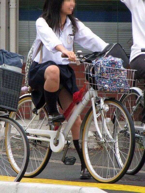 チャリ漕いで必死に学校へ向かう女子高生の街撮り画像wwwww 0826
