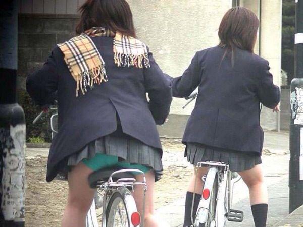 チャリ漕いで必死に学校へ向かう女子高生の街撮り画像wwwww 0827