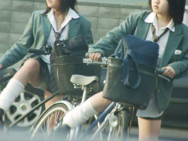 チャリ漕いで必死に学校へ向かう女子高生の街撮り画像wwwww 0828