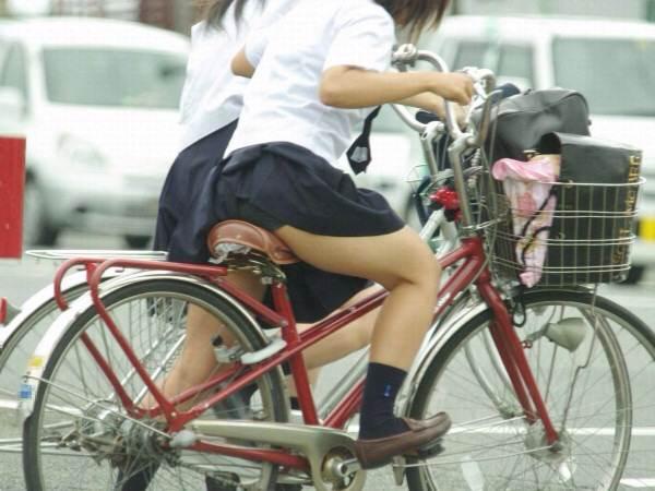 チャリ漕いで必死に学校へ向かう女子高生の街撮り画像wwwww 0830