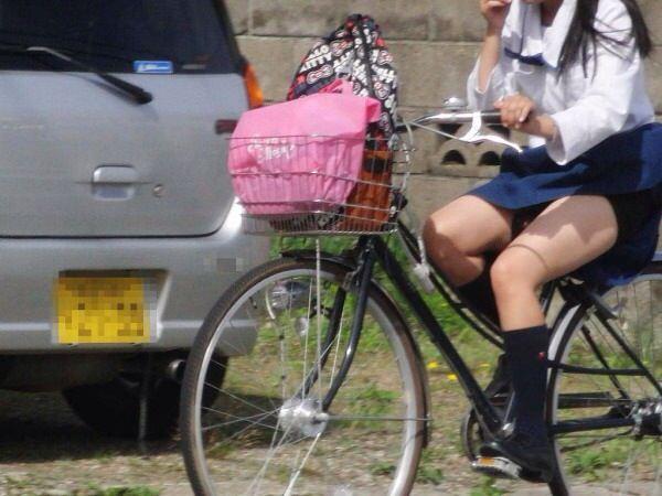 チャリ漕いで必死に学校へ向かう女子高生の街撮り画像wwwww 0831