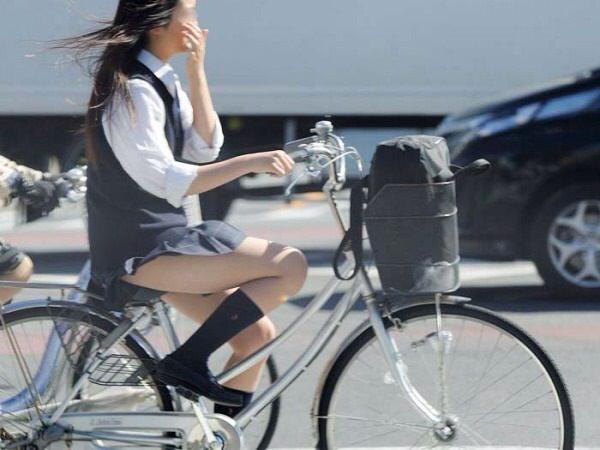 チャリ漕いで必死に学校へ向かう女子高生の街撮り画像wwwww 0835