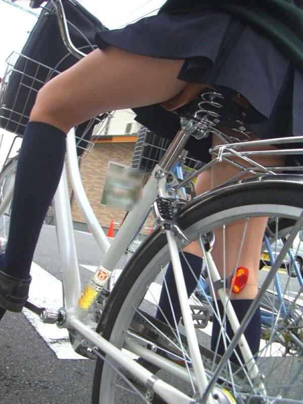 チャリ漕いで必死に学校へ向かう女子高生の街撮り画像wwwww 0836