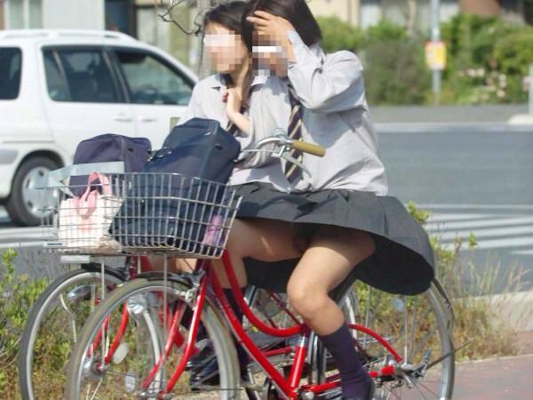 チャリ漕いで必死に学校へ向かう女子高生の街撮り画像wwwww 0837