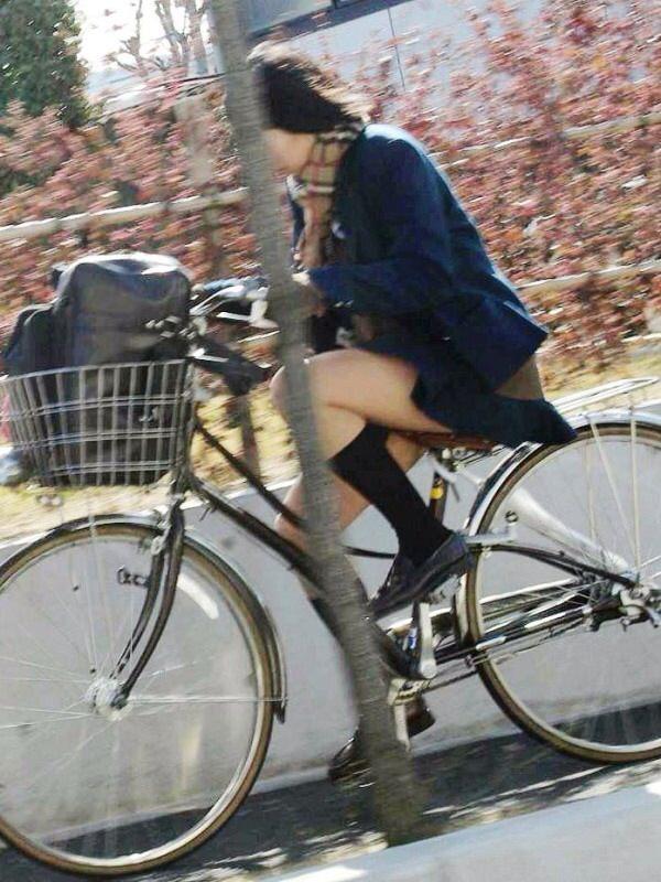 チャリ漕いで必死に学校へ向かう女子高生の街撮り画像wwwww 0838