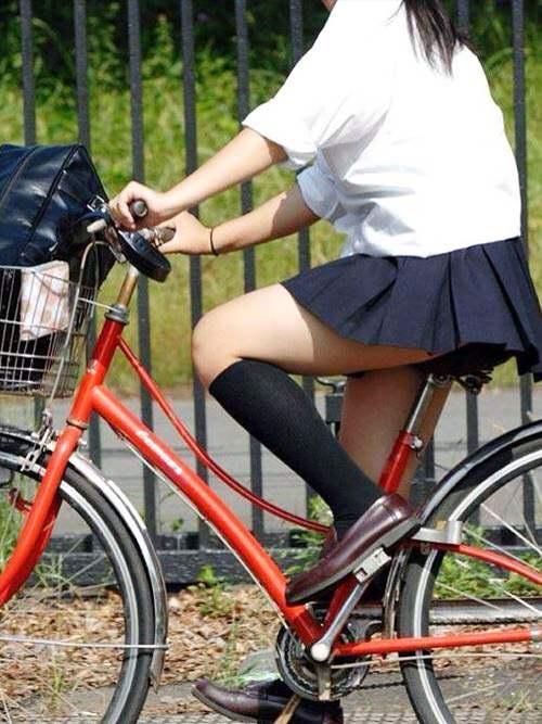 チャリ漕いで必死に学校へ向かう女子高生の街撮り画像wwwww 0842