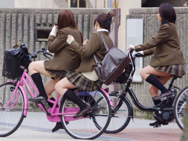 チャリ漕いで必死に学校へ向かう女子高生の街撮り画像wwwww 0845