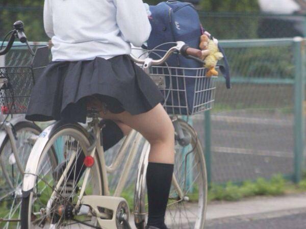 チャリ漕いで必死に学校へ向かう女子高生の街撮り画像wwwww 0847