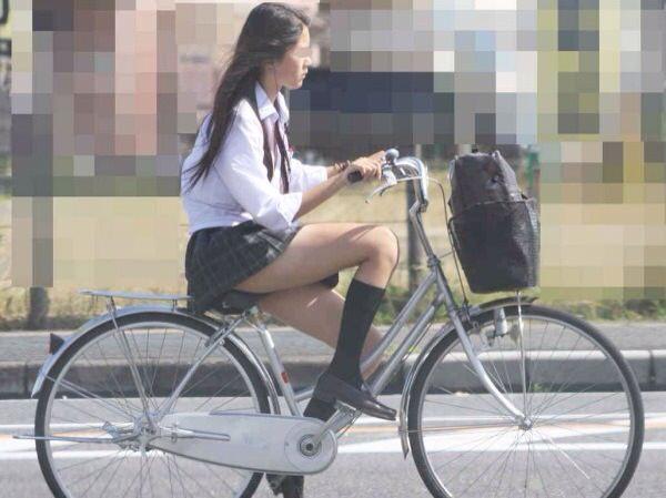 チャリ漕いで必死に学校へ向かう女子高生の街撮り画像wwwww 0849