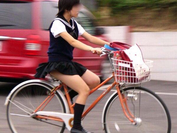 チャリ漕いで必死に学校へ向かう女子高生の街撮り画像wwwww 0850