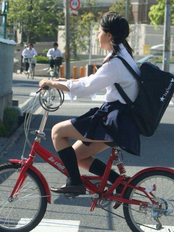 チャリ漕いで必死に学校へ向かう女子高生の街撮り画像wwwww 0851