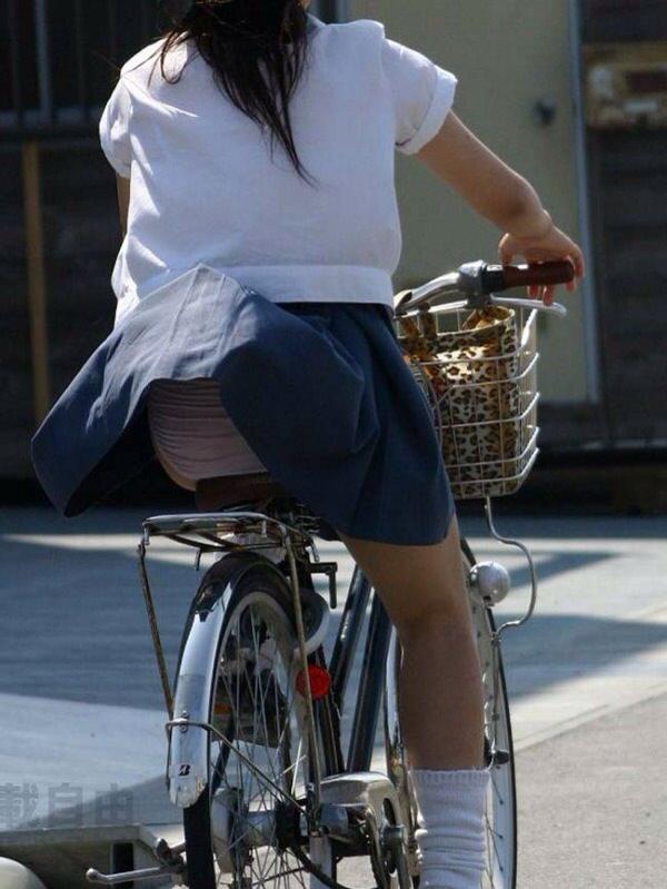 チャリ漕いで必死に学校へ向かう女子高生の街撮り画像wwwww 0853