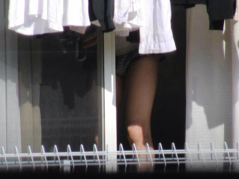 女性の一人暮らしをガチ覗き!!!下着姿で生着替えがエロいっすwww 1107