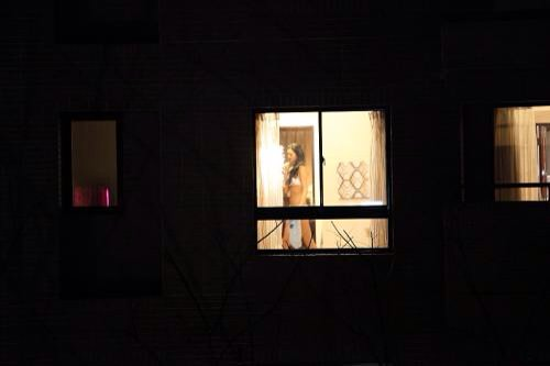 女性の一人暮らしをガチ覗き!!!下着姿で生着替えがエロいっすwww 1108