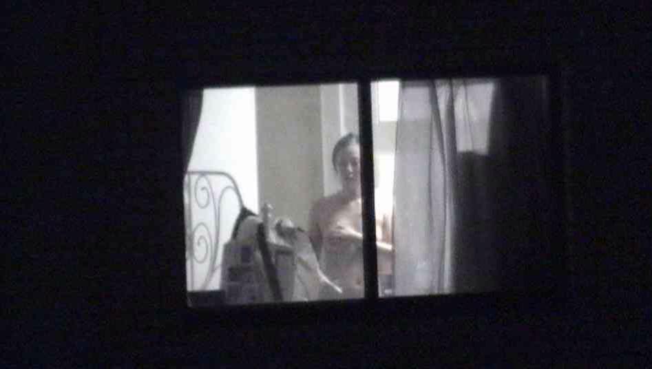 女性の一人暮らしをガチ覗き!!!下着姿で生着替えがエロいっすwww 1112