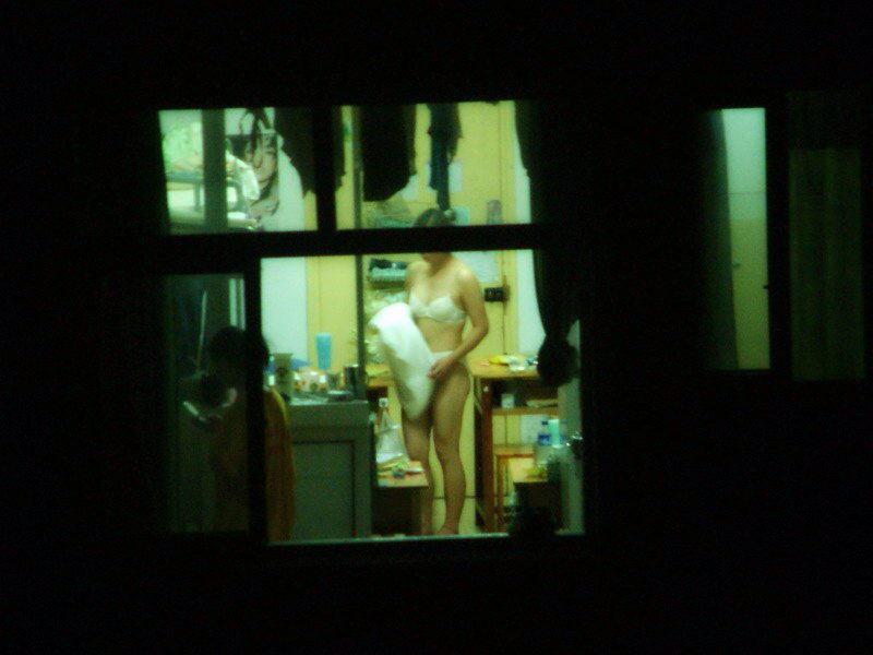 女性の一人暮らしをガチ覗き!!!下着姿で生着替えがエロいっすwww 1113