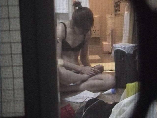 女性の一人暮らしをガチ覗き!!!下着姿で生着替えがエロいっすwww 1119