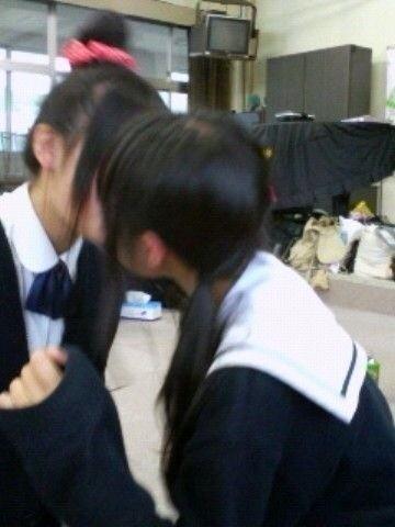 可愛い女の子がお口とお口でキスしてる!!!レズキス画像wwww 1131