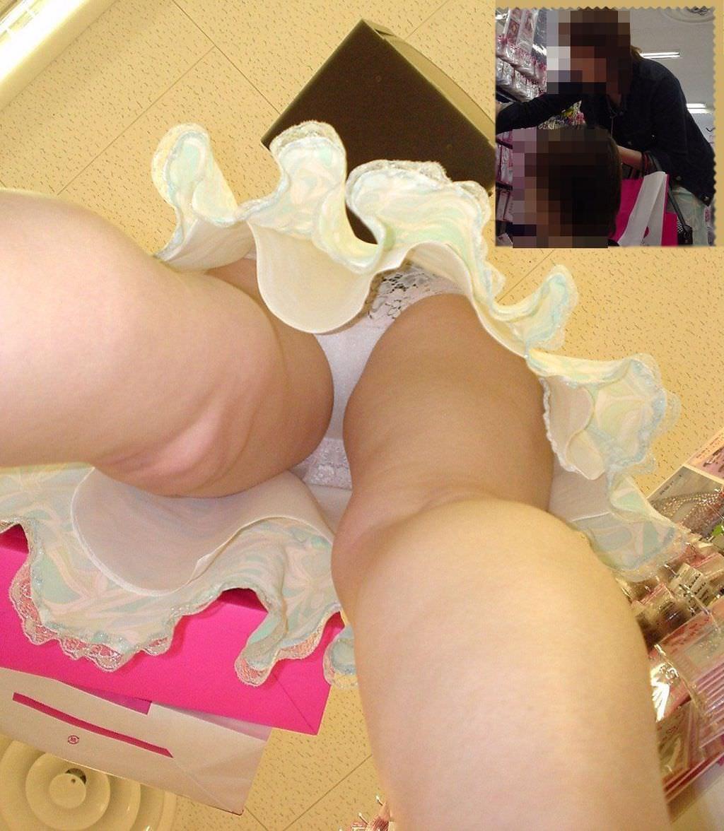 綺麗なお姉さんを逆さパンチラ隠し撮り!!!僕の股間がもっこり勃起不可避wwww 18103