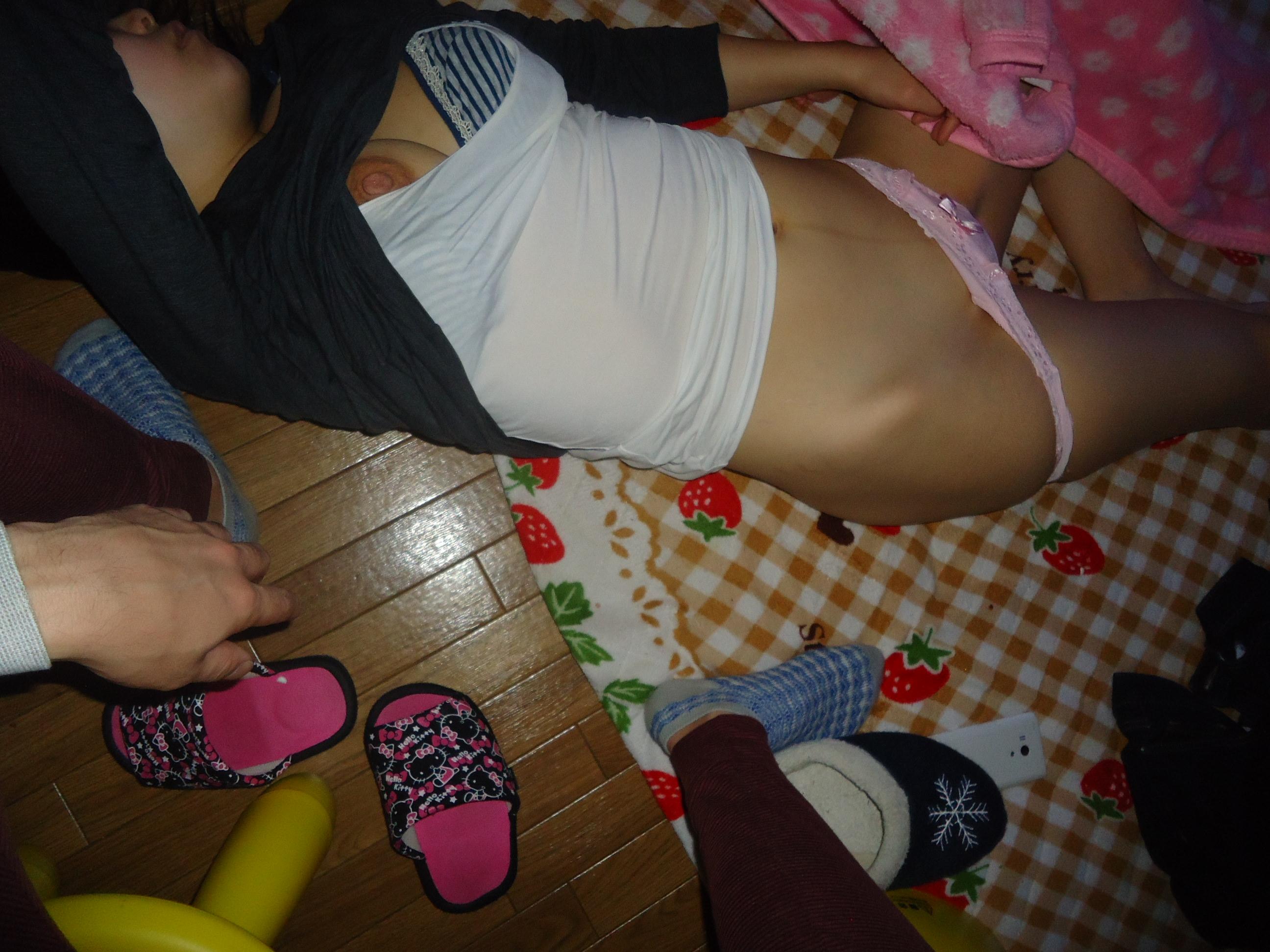 寝てる嫁や彼女にエッチなイタズラ!!!服をめくっておっぱい開放だぁーwwww 1968
