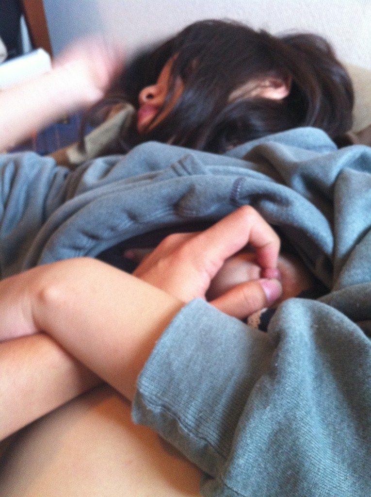 寝てる嫁や彼女にエッチなイタズラ!!!服をめくっておっぱい開放だぁーwwww 1969