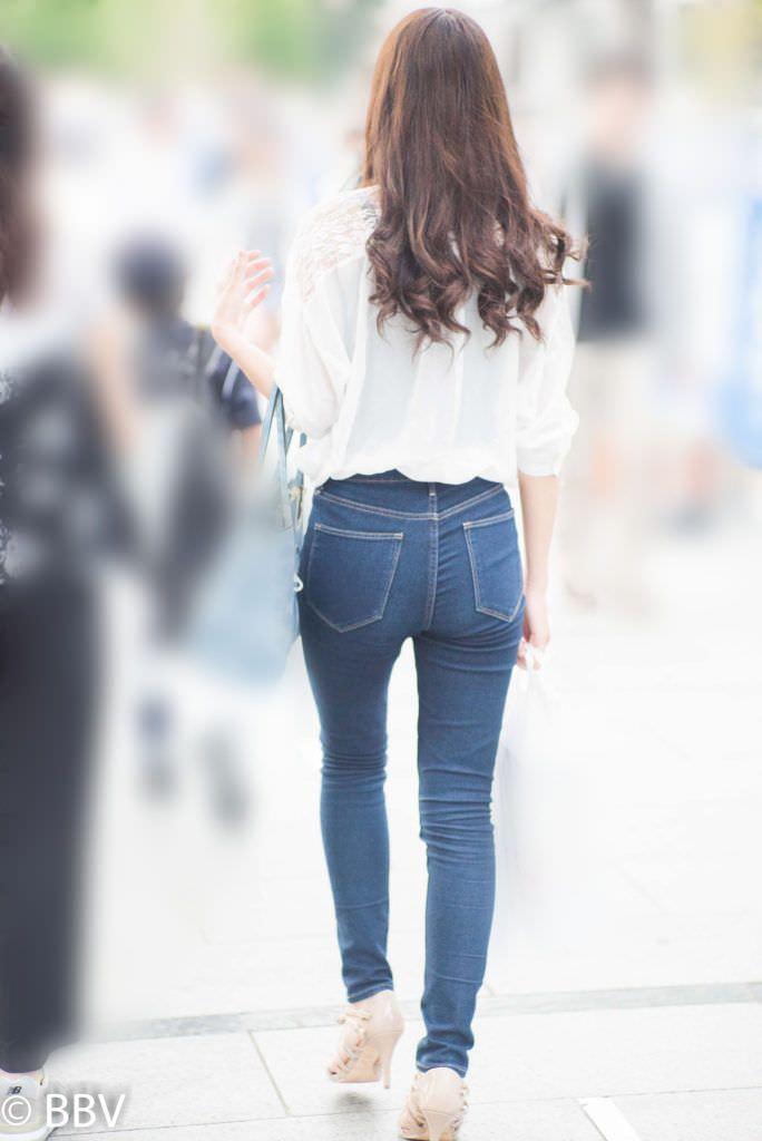 デニムを履いたお姉さんのお尻のエロさは異常www素人街撮り画像www 21157