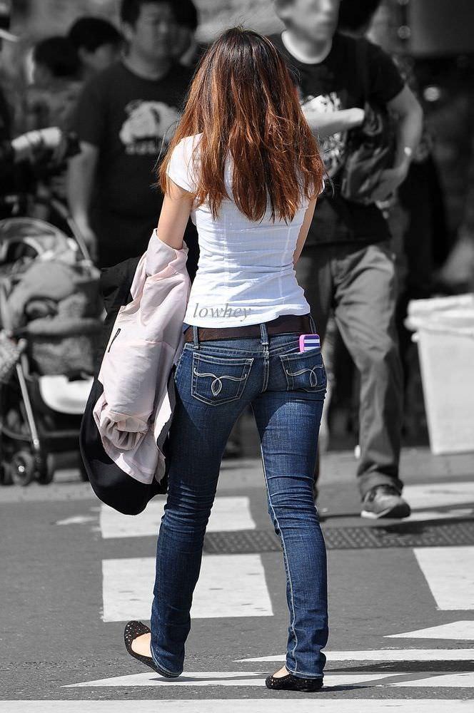デニムを履いたお姉さんのお尻のエロさは異常www素人街撮り画像www 21158