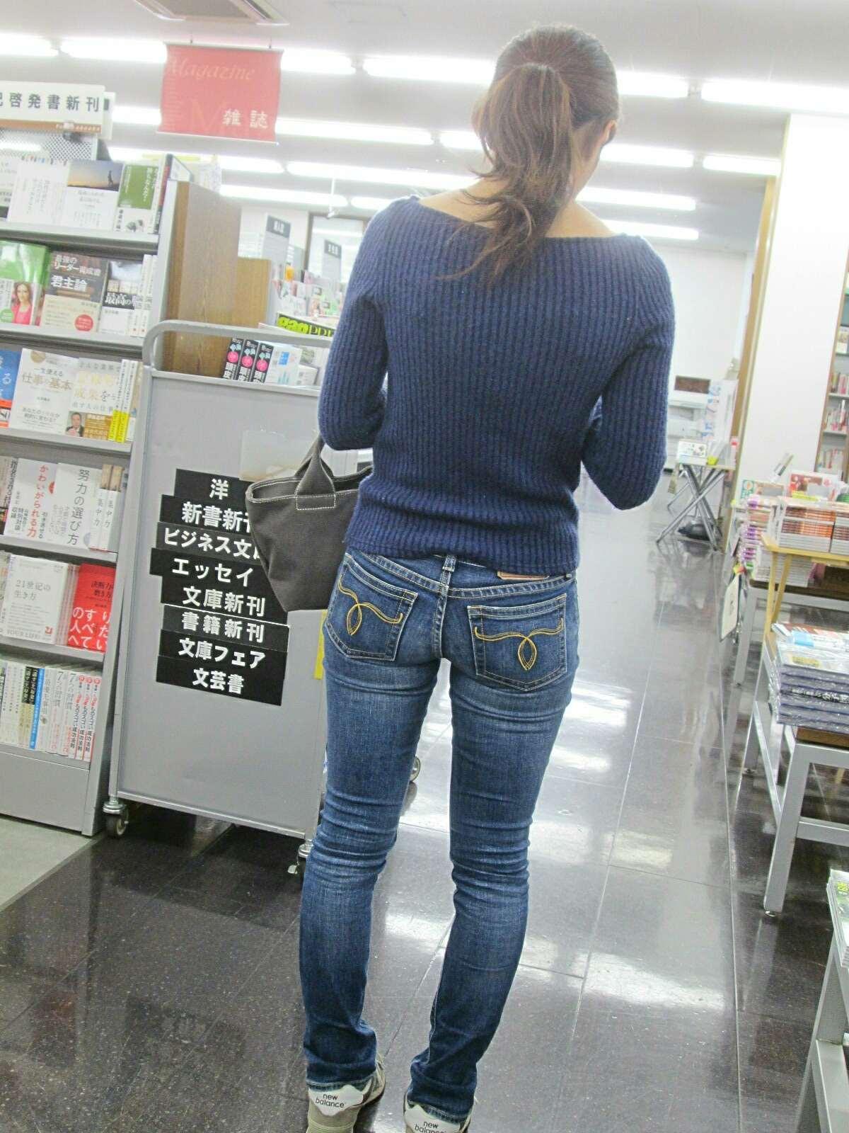 デニムを履いたお姉さんのお尻のエロさは異常www素人街撮り画像www 21165