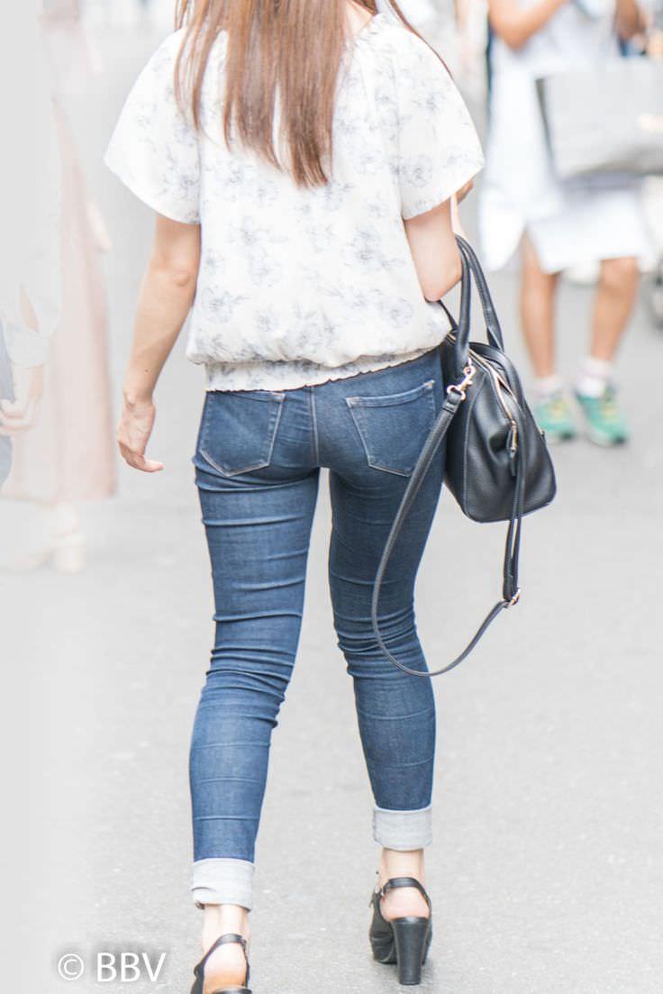 デニムを履いたお姉さんのお尻のエロさは異常www素人街撮り画像www 21166