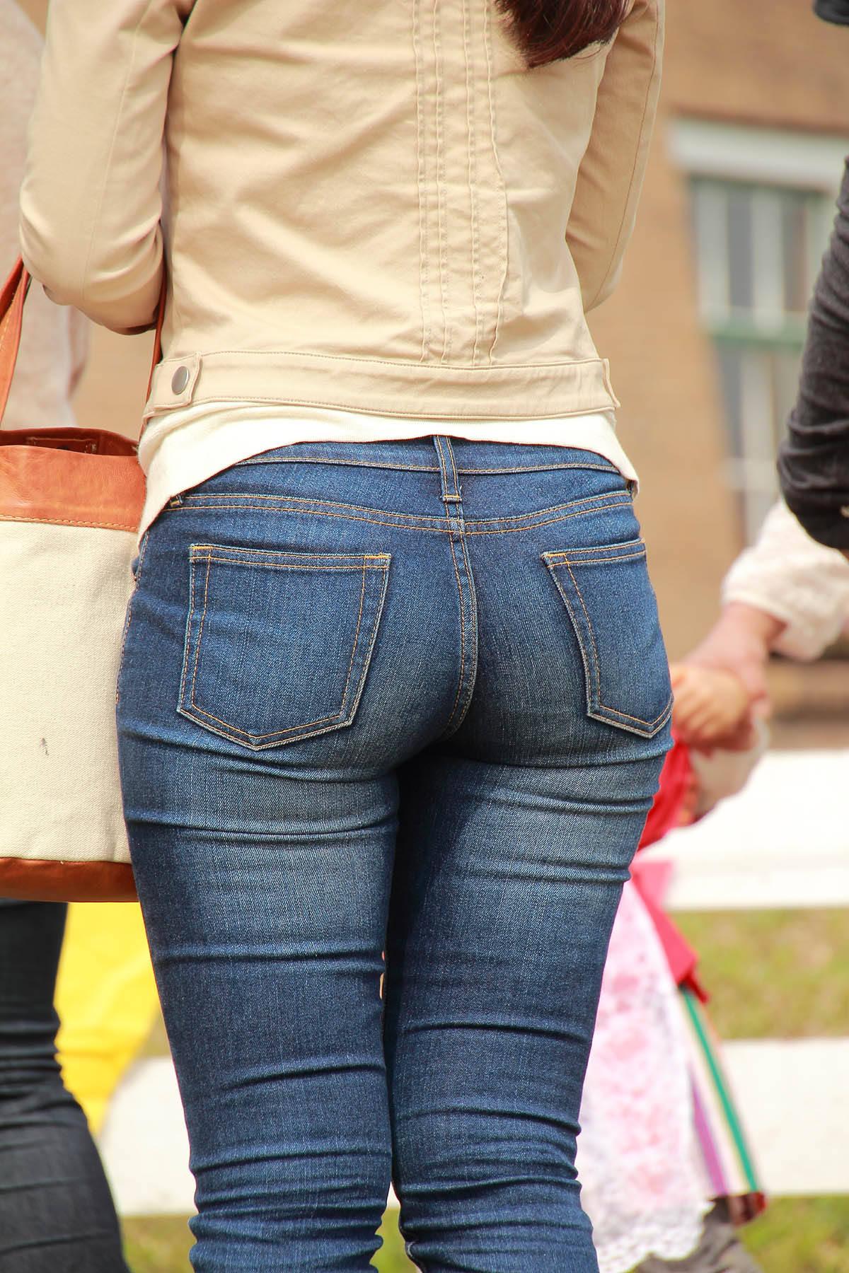 デニムを履いたお姉さんのお尻のエロさは異常www素人街撮り画像www 21170