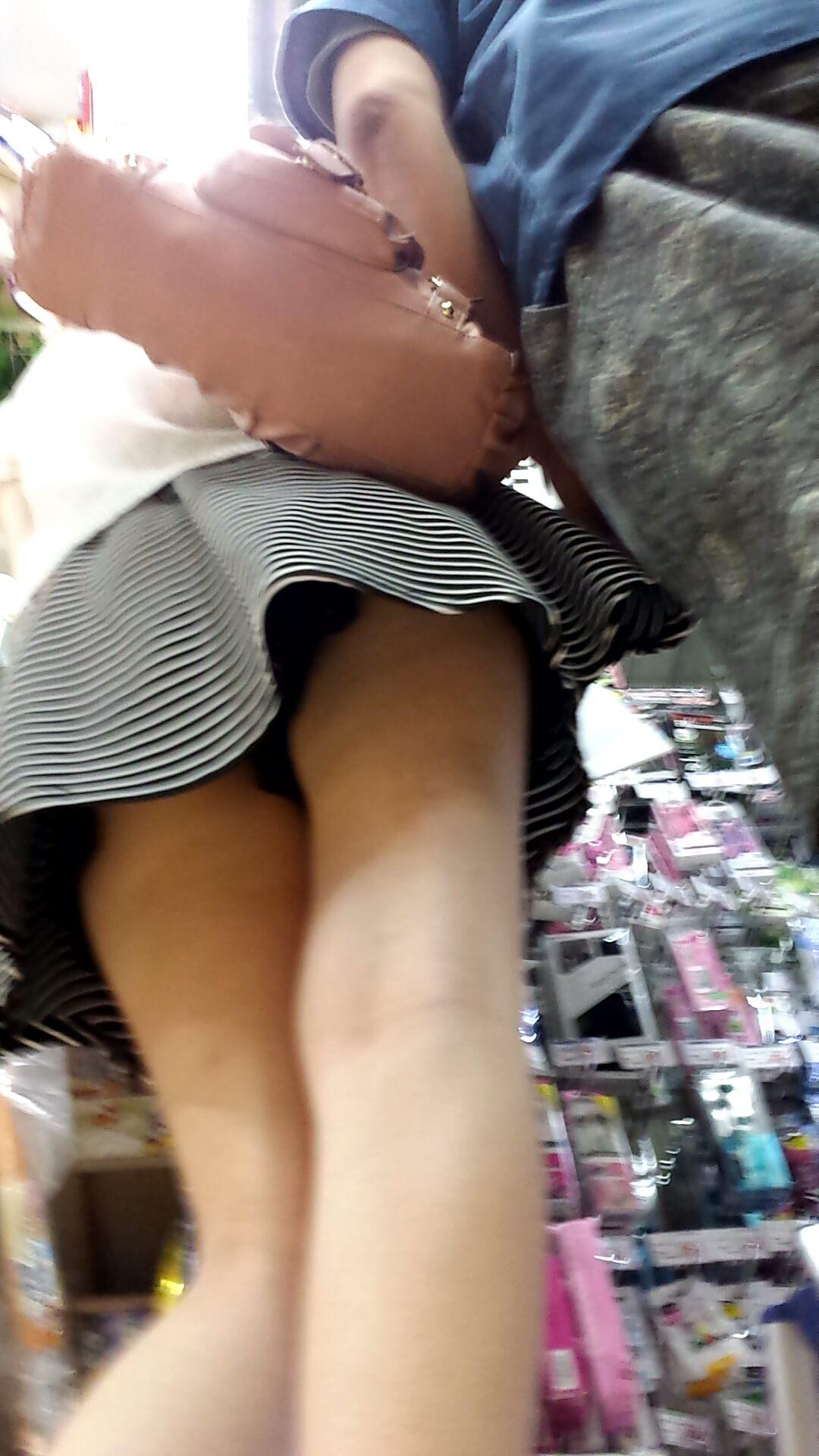 露出高めで気が強い素人娘が多いドン◯ホーテで撮影したパンチラ画像!!! 21271