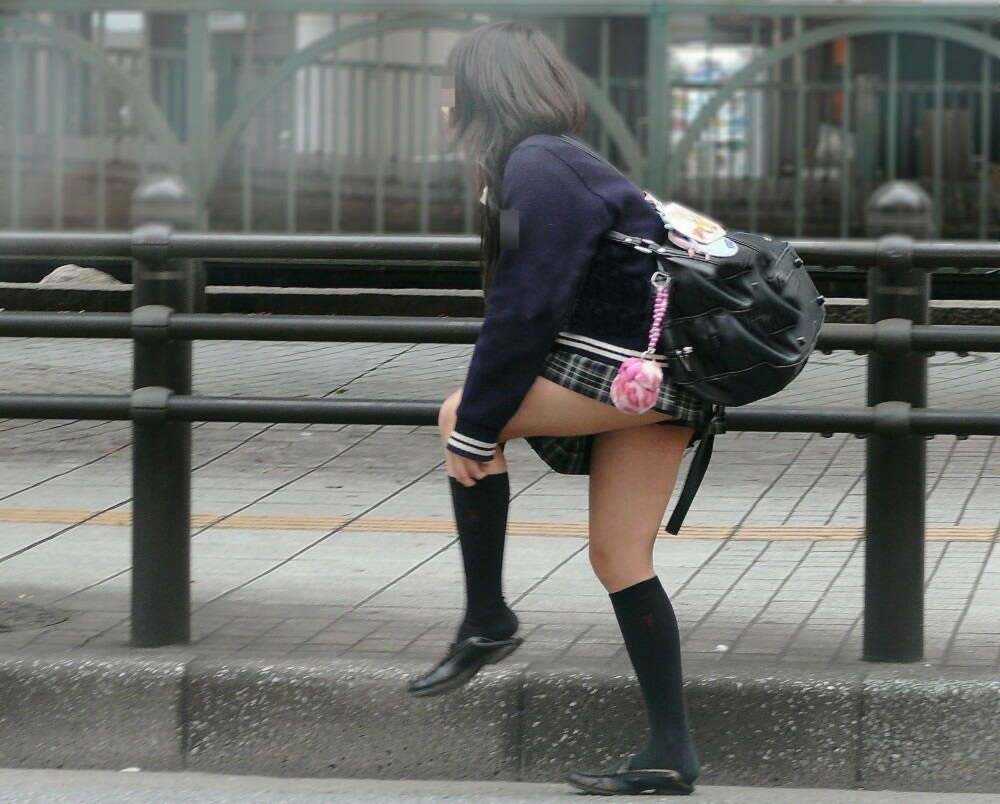 ムチムチお肉がはち切れそうな女子高生の太もも街撮り画像 21670