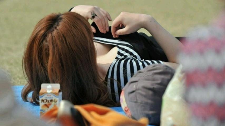 休日に出歩いたら見つけた巨乳おっぱい素人娘の胸チラゲットwwwww 2207