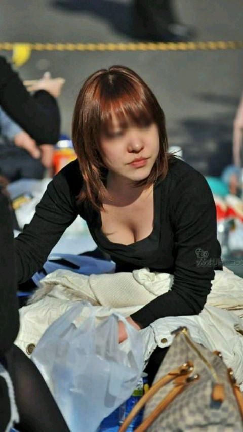 休日に出歩いたら見つけた巨乳おっぱい素人娘の胸チラゲットwwwww 2209
