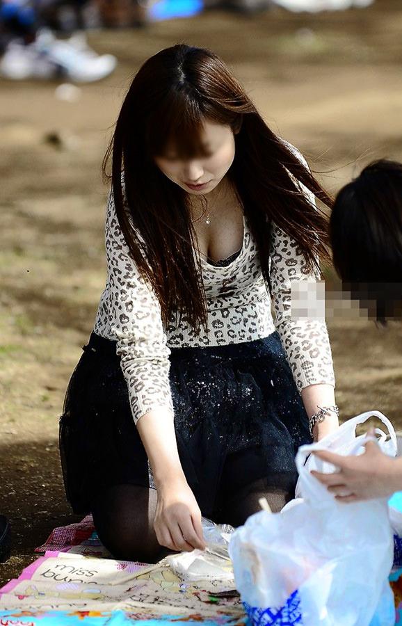 休日に出歩いたら見つけた巨乳おっぱい素人娘の胸チラゲットwwwww 2212