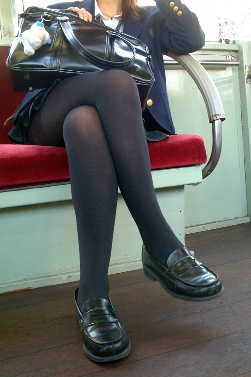 香ばしい匂いがするJKの靴下はどちらが好み??紺のハイソ派?黒のストッキング派? 3LcVT0p