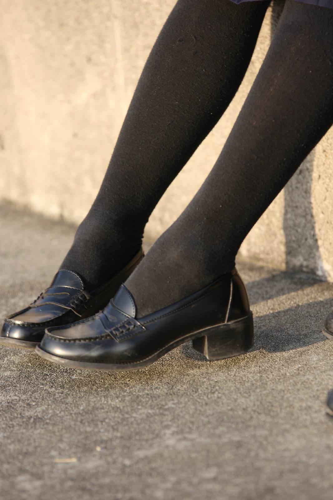香ばしい匂いがするJKの靴下はどちらが好み??紺のハイソ派?黒のストッキング派? 7tjJJ2N