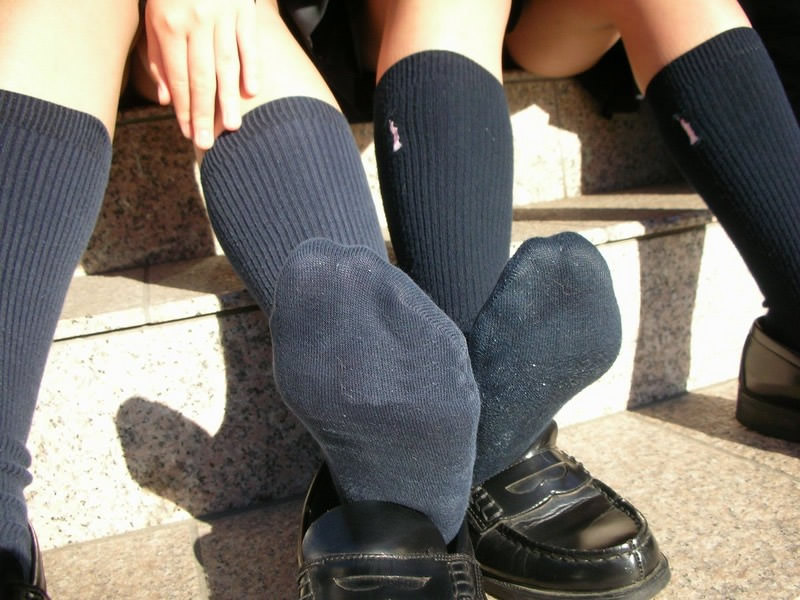 香ばしい匂いがするJKの靴下はどちらが好み??紺のハイソ派?黒のストッキング派? AtWXjnN