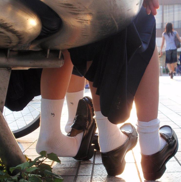 香ばしい匂いがするJKの靴下はどちらが好み??紺のハイソ派?黒のストッキング派? GsnnPmb