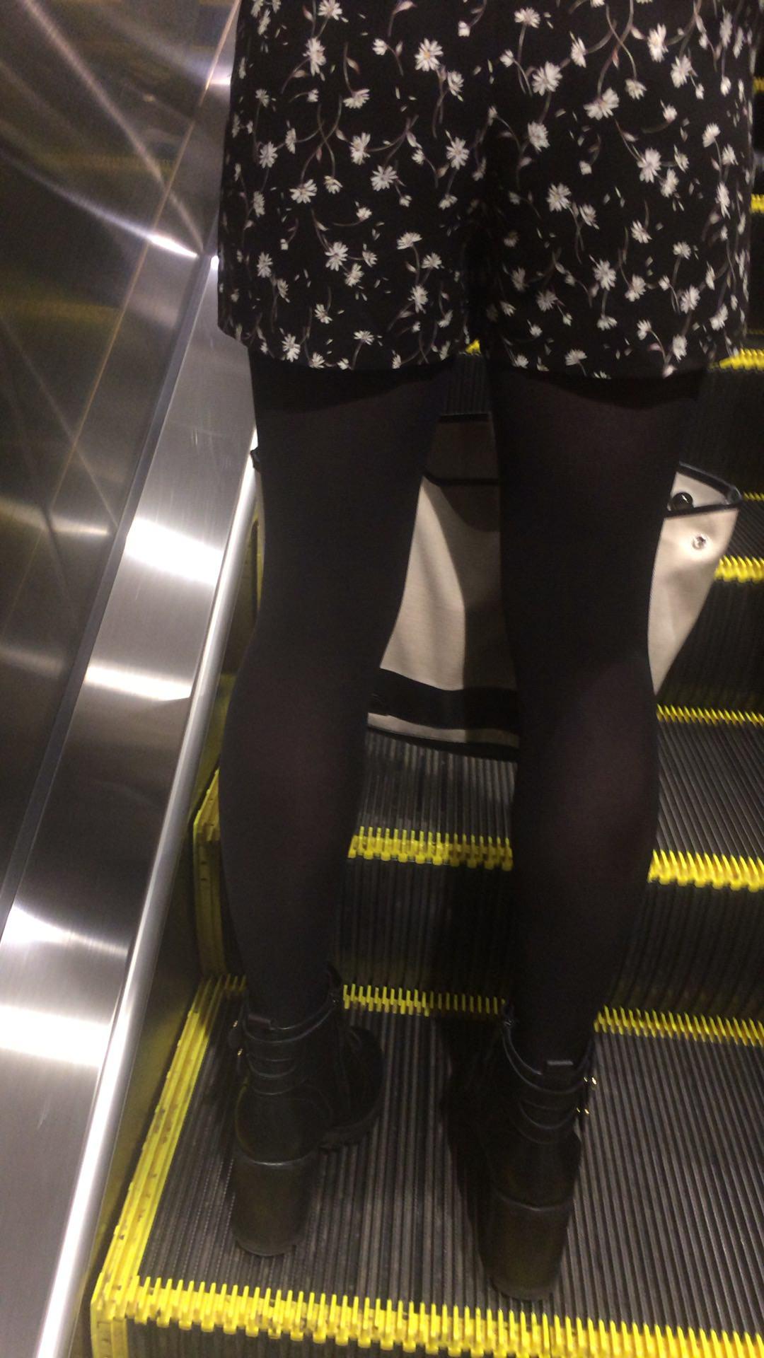 黒いパンスト履いてるエロギャル画像!!!!マジでエッチだぁーwww TcBszJK