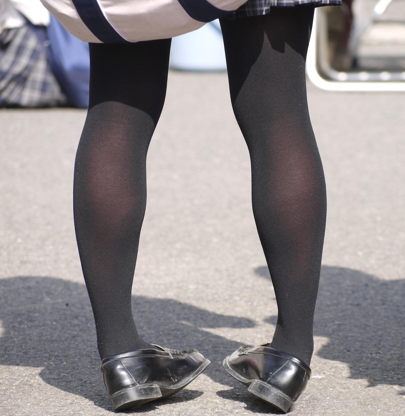 香ばしい匂いがするJKの靴下はどちらが好み??紺のハイソ派?黒のストッキング派? V30fLNa