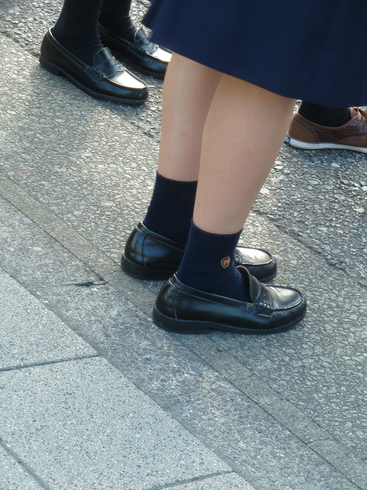 香ばしい匂いがするJKの靴下はどちらが好み??紺のハイソ派?黒のストッキング派? wBZRgGr