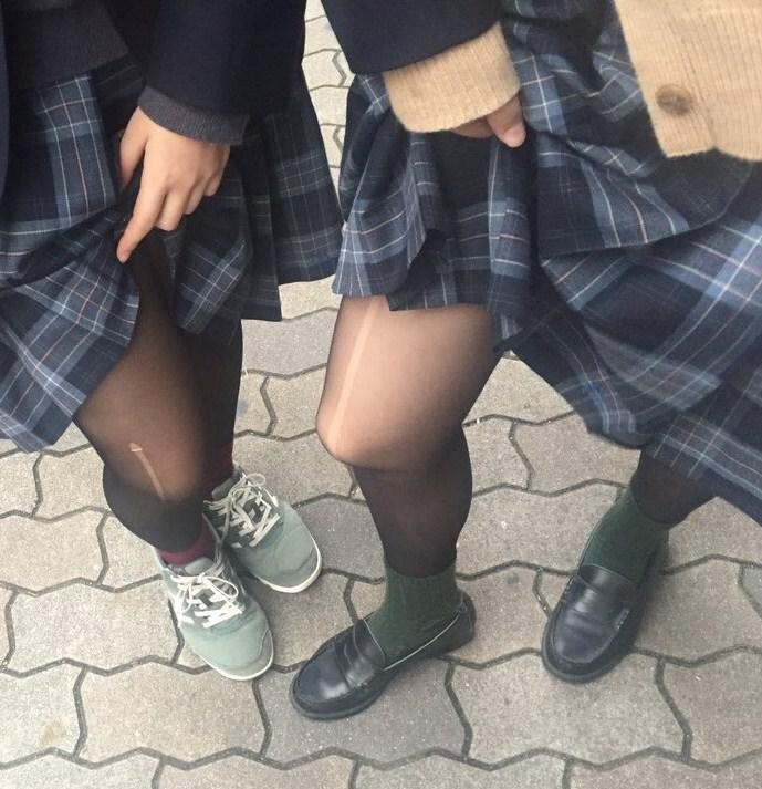 香ばしい匂いがするJKの靴下はどちらが好み??紺のハイソ派?黒のストッキング派? wRGSmTp