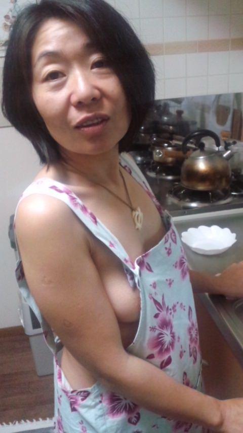 素人妻が誕生日に旦那にご褒美www男の憧れ裸にエプロンでお出迎え~!!! 1103