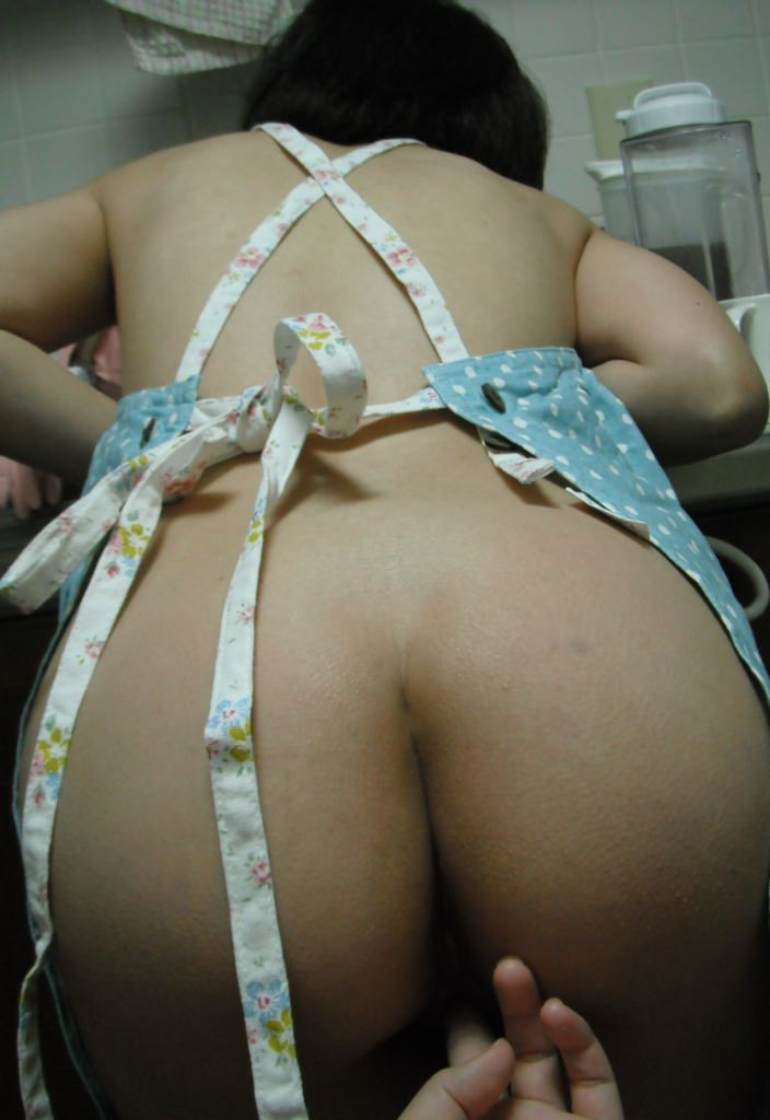 素人妻が誕生日に旦那にご褒美www男の憧れ裸にエプロンでお出迎え~!!! 1106