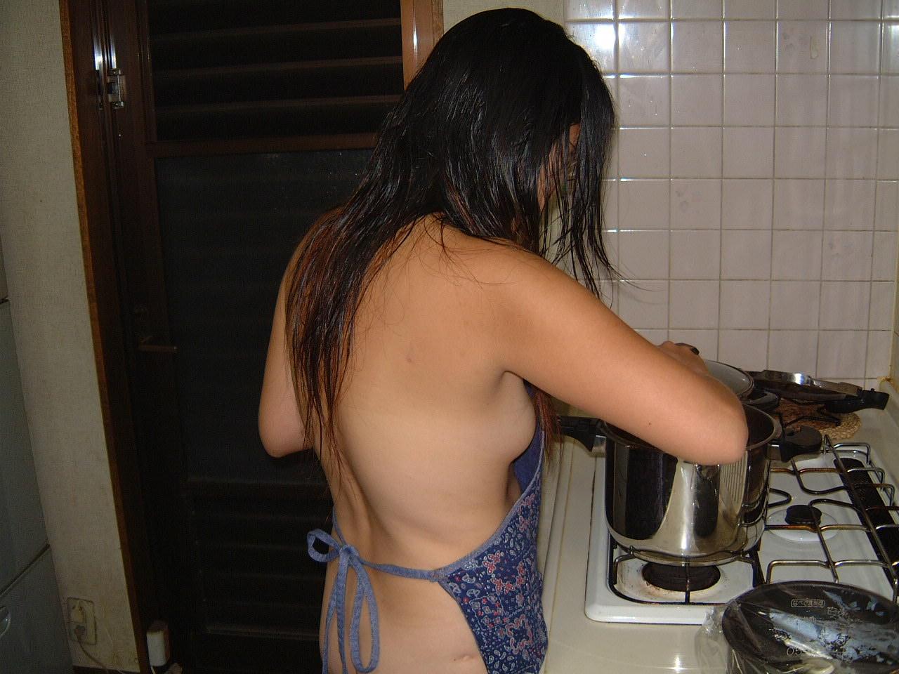 素人妻が誕生日に旦那にご褒美www男の憧れ裸にエプロンでお出迎え~!!! 1111