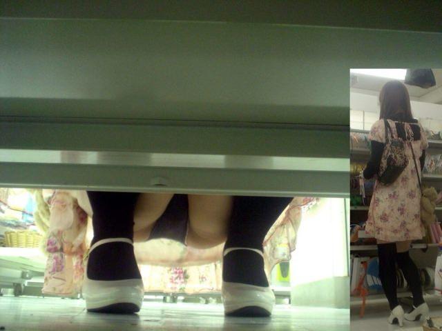 店内棚越しにしゃがみパンチラしてるOLやお姉さんの盗撮素人画像wwwww 18135